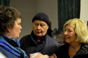 Lisa Karinsdotter Pålsson pratar med Ingegerd och Björn Westerlin.